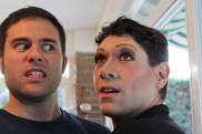 Mario (director de producción) y Juan Logar en pleno proceso de travestismo.