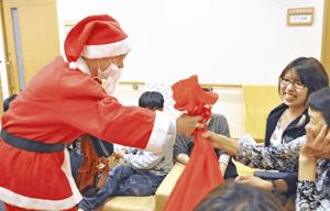 サンタクロースがプレゼントを配る