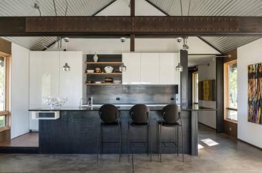 Kuchynský kút v industriálnom štýle s mohutným oceľovým trámom