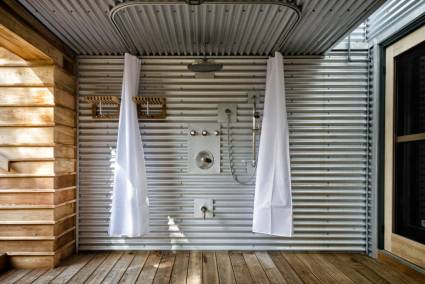 Sprchový kút zariadený v industriálnom štýle
