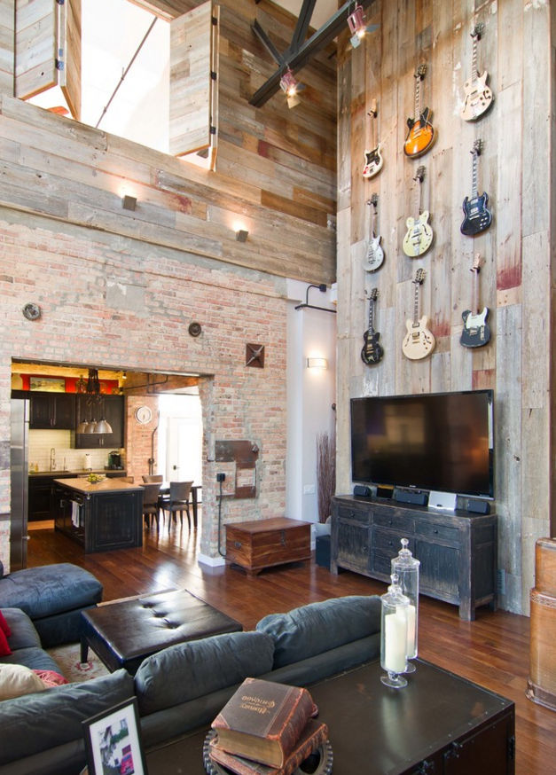Industriálne zariadená obývačka s vysokým stropom