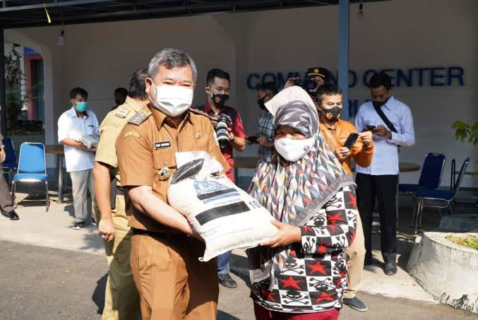 Bupati Garut, Rudy Gunawan menyerahkan bantuan sosial berupa beras secara simbolis bertempat di Area Gedung Pendopo, Kecamatan Garut Kota, Kabupaten Garut, Senin, 19 Juli 2021 (foto: diskominfo)
