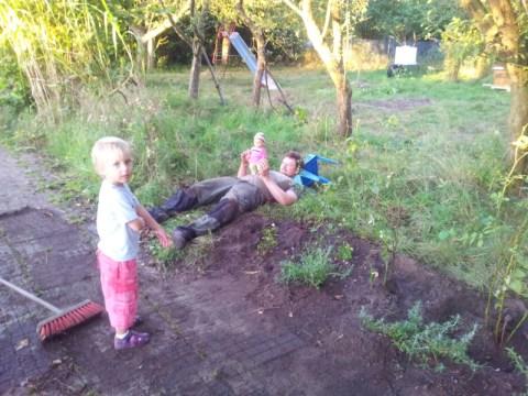 Typische Arbeitsverteilung: Sophia macht die Arbeit und Frank spielt mit der Puppe :)