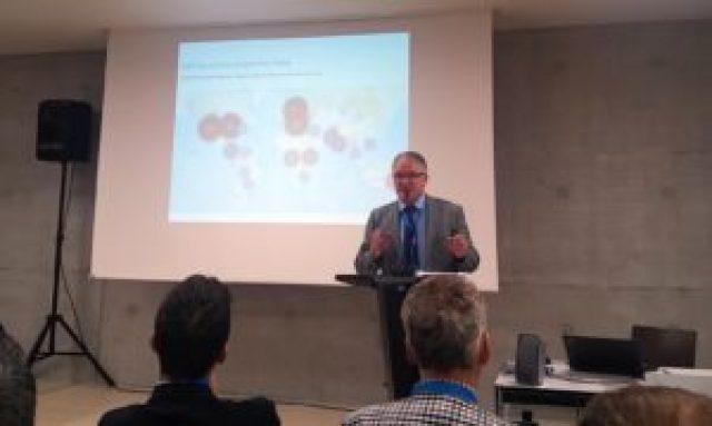 Peter Jäger (Esri Schweiz) begrüsst die GISDay-Besucherinnen und Besucher