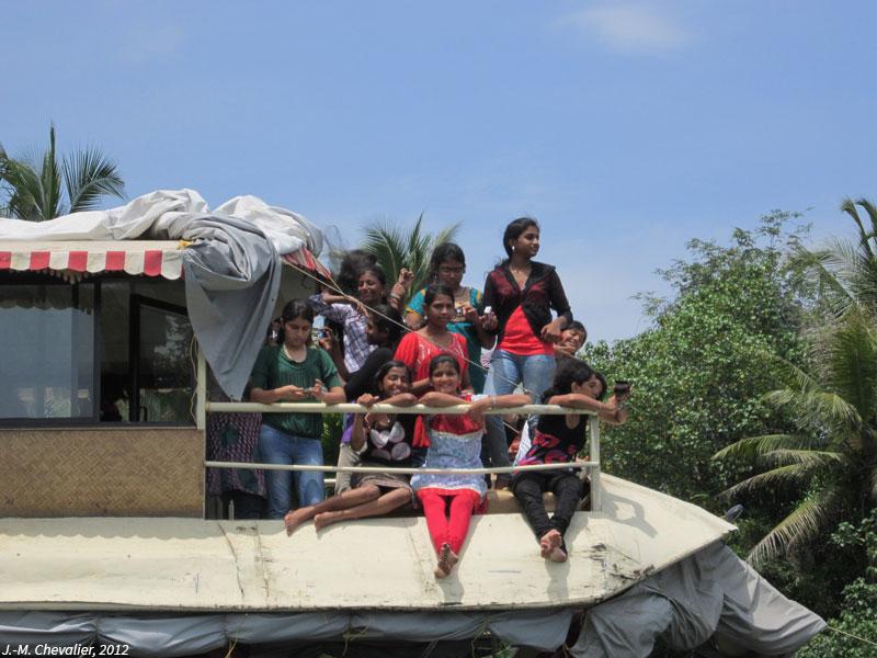 Balade de jeunes filles dans les backwaters du Kerala en Inde