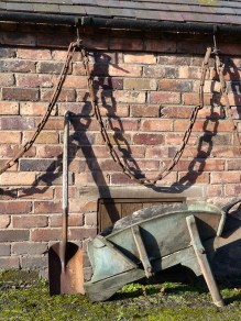 Barrow spade and chain