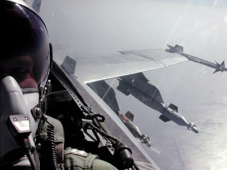 F/A-18 Hornet équipé de bombes Paveway