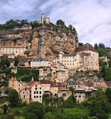 Rocamadour et sa falaise aux grottes visitées dès le paléolithique (photo : P. Bona)