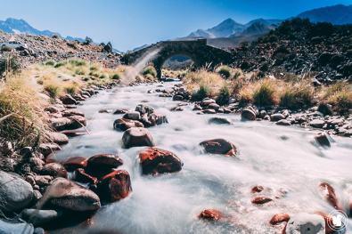 Rivière traversant la route du Sosneado en Argentine