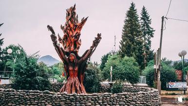 Sculpture sur la place à El Bolson