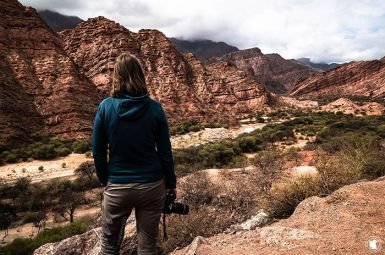 Enora admirant la vue sur la Quebrada de Cafayate
