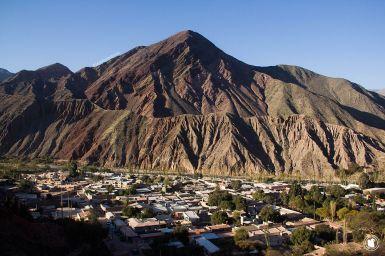 Vue sur le village de Purmamarca et les montagnes colorées le surplombant