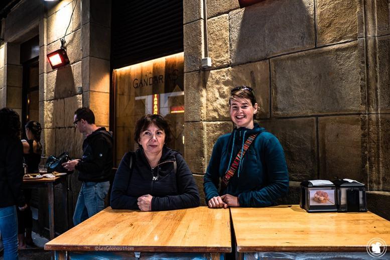 Solange et Enora attendent les pintxos à San Sebastian - blogtrip Nekatur