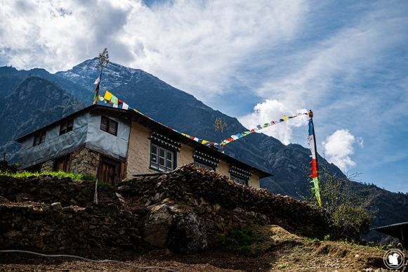 Trek des 3 cols - Maison et drapeaux à prières sur le sentier de trekking