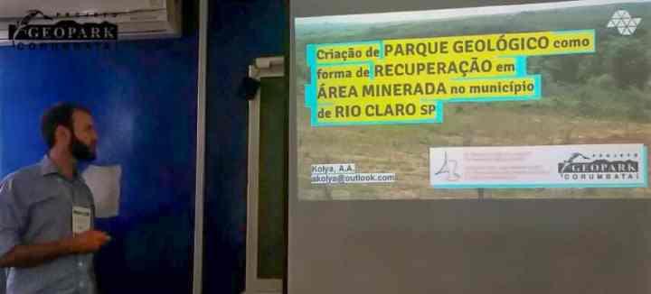mestrando apresenta o projeto durante o simpósio de geoconservação