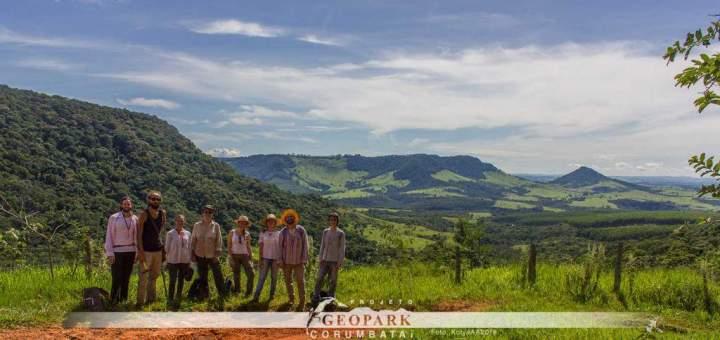 Equipe do Projeto Geopark Corumbataí posa para foto em frente aos morros testemuho Cantagalo (1º plano), Bizigueli (2º plano) e Guarita (à direita)