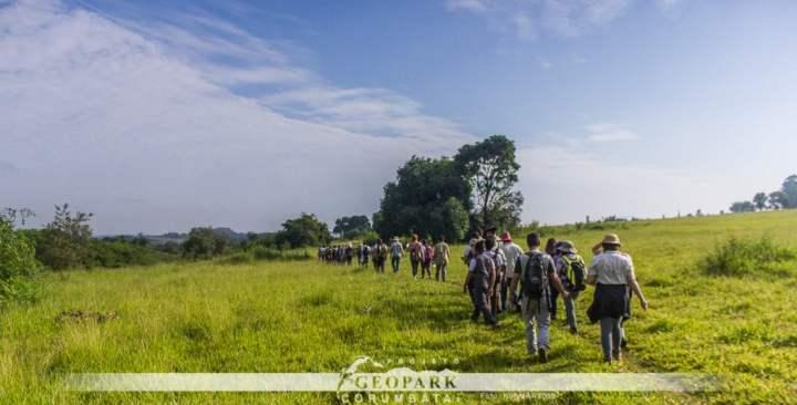 Estudantes caminham em direção a afloramento de depósitos quaternários no Córrego Cachoeirinha