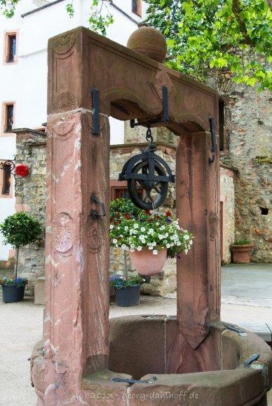 Brunnen im Burghof - Bild Nr. 201306301493