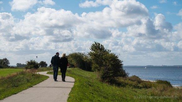 Spaziergänger auf dem westlichen Deich - Bild Nr. 201509263289