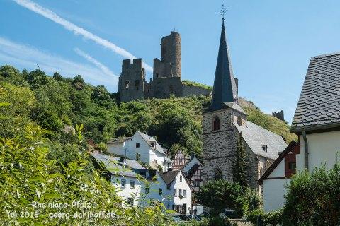 Monreal: Die Dreifaltigkeitskirche und die Löwenburg - Bild Nr. 201608074920