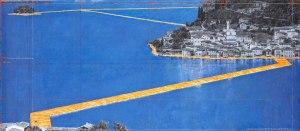 Christo, The Floating Piers. Disegno 2014 in due parti 38 x 244 cm and 106,6 x 244 cm. Matita, carboncino, pastello, pastello a cera, vernice a smalto, mappa disegnata a mano, fotografie tagliate di Wolfgang Volz, campione di stoffa e nastro. Foto: André Grossmann © 2014 Christo