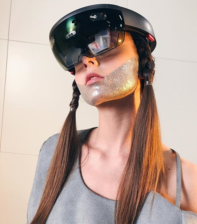 This is how you seduce models. With AR glasses. 😜 regram @anastasiyajepsen Went to Space Yesterday 🚀💫💥 #ar #HoloLens #augmentedreality #model #pretty #cyberpunk