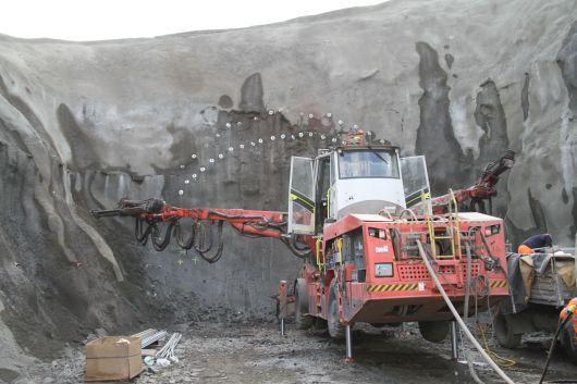 Unnið við bergstyrkingar á stafni