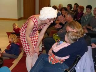 La dame avec la perruque elle est méchante...pauvre enfant !