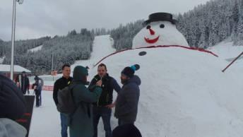 Les créateurs de Gustave le bonhomme de neige au micro d'un confrère.