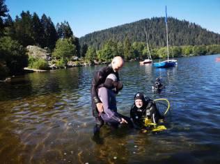On finit de s'équiper dans l'eau pour mieux supporter le poids du matériel.
