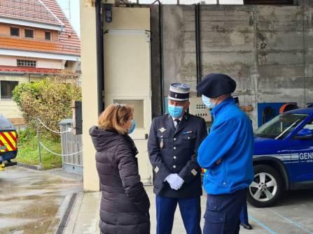 Josiane Chevalier accueilli par le lieutenant-colonel Alquier et l'adjudant-chef Lacaille.