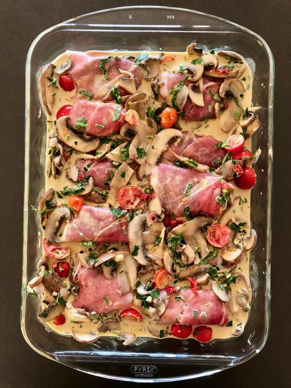 varkensmedaillons gewikkeld in boerenham met een kruidige curryroomsaus