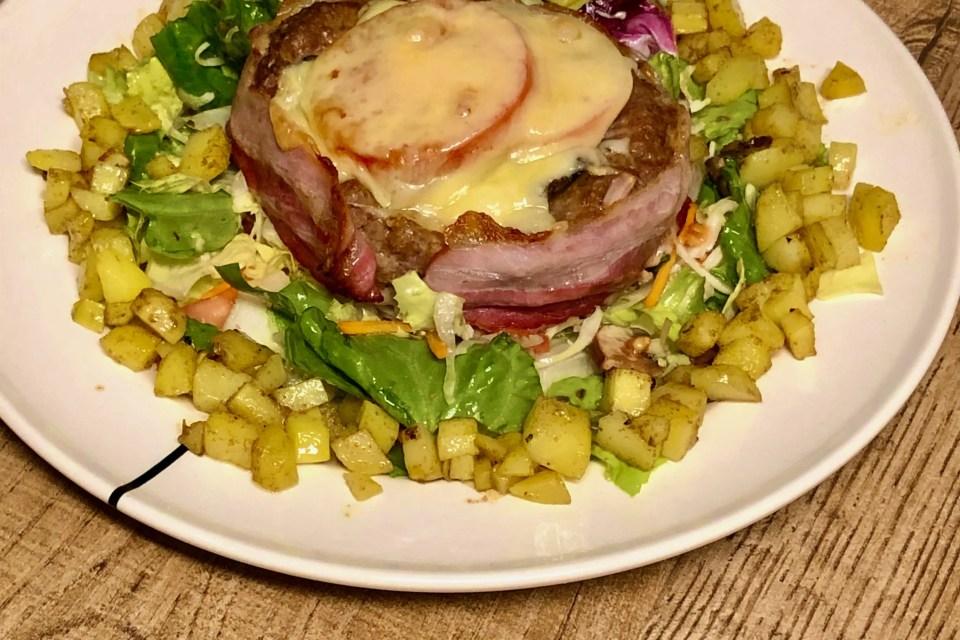 sappig hamburgernestje met krokante aardappelblokjes