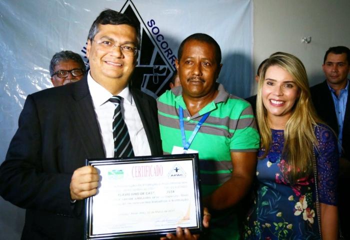 Interno da APAC Itapecuru Mirim entrega certificado ao governador Flávio Dino.