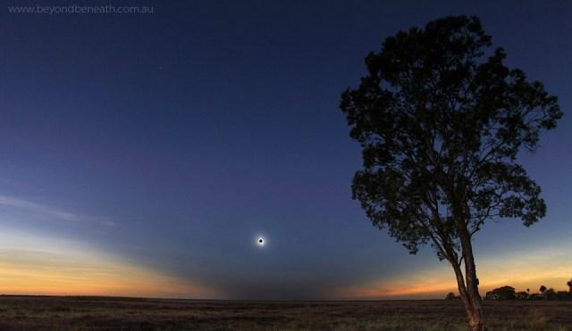 Gerhana Matahari Total tahun 2012 di Australia. Kredit: Geoff Simms