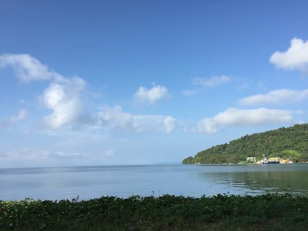 Langit yang cukup bersih menyajikan perpaduan Matahari dan lautan. Kredit: Avivah Yamani