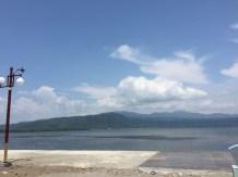 Lautan teluk Jailolo di arah barat. Kredit Avivah Yamani
