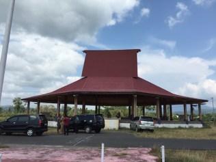Sasadu Lamo, gedung pertemuan di Halmahera Barat. Kredit: Avivah Yamani