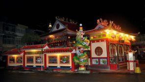 Vihara Tri Dharma Bumi Raya di Kota Singkawang di malam hari. Kredit: Wibowo Djatmiko / WikiCommons