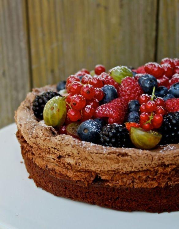 http://eenlepeltjelekkers.be/smeuige-chocoladetaart-met-zomerfruit/