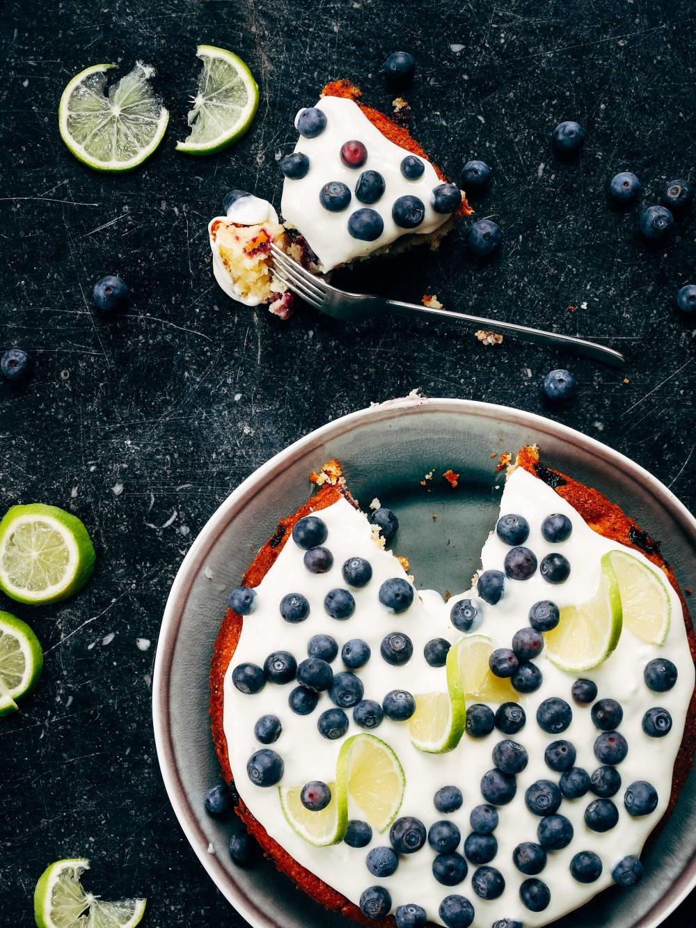 Recept van de maand #19: Blauwebessencake met limoen, marsepein en cheesecaketopping
