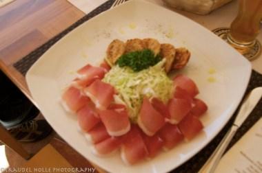 Knödel, Krautsalat und Südtiroler Speck