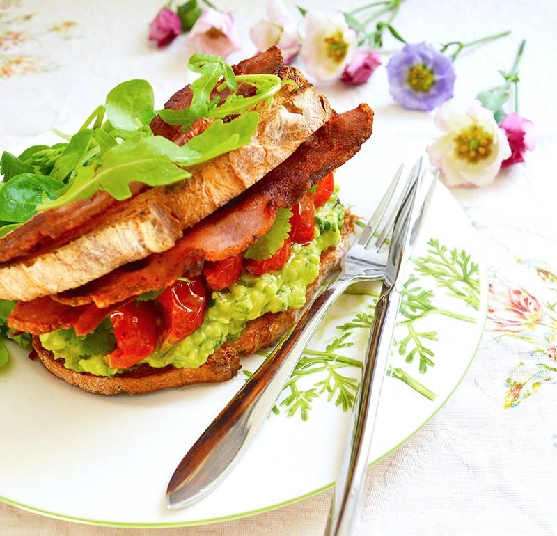 Сандвич с авокадо и бекон