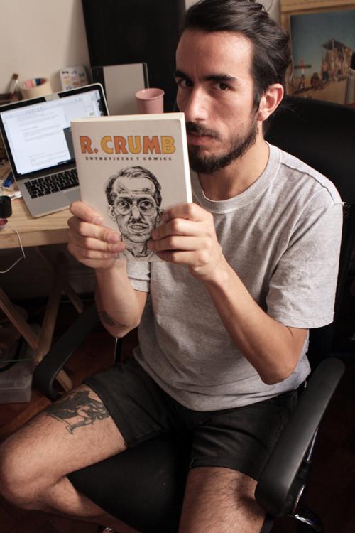 Un gran dibujante con el libro de otro gran dibujante