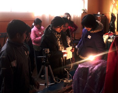 Niños y niñas en plena labor fotográfica