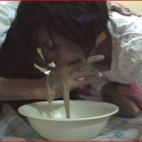 男の指を女の喉に突っ込み強制的に嘔吐させます。
