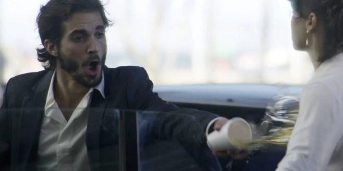 Ruy (Fiuk) se vinga e joga bebida em Irene (Débora Fababella) em A Força do Querer (Foto: Reprodução/Globo)