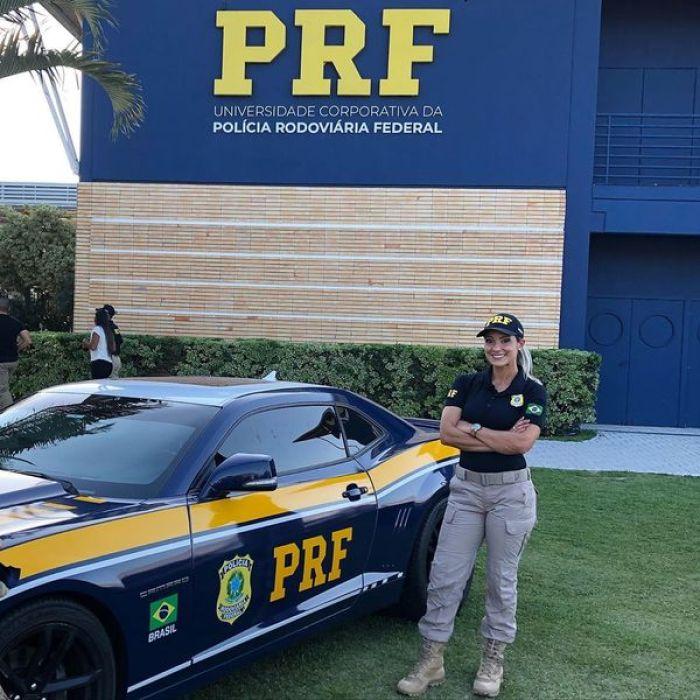 Ex-loira do Tchan muda de carreira, integra a polícia federal e posa de fuzil (Foto: Reprodução)