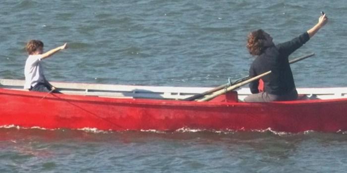 Alberto (Igor Rickli) leva Samuca (Vitor Figueiredo) para o mar em Flor do Caribe (Foto: Reprodução/Globo)