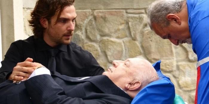 Alberto (Igor Rickli) se desespera com Dionísio (Sérgio Mamberti) à beira da morte em Flor do Caribe (Foto: Reprodução/Globo)